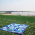 Blauw picknickkleed langs rivier