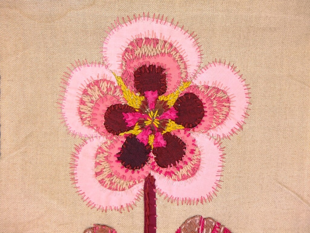 Geborduurde en geappliceerde roze bloem