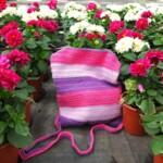 Gehaakt roze en paars tasje bij Dahlia's