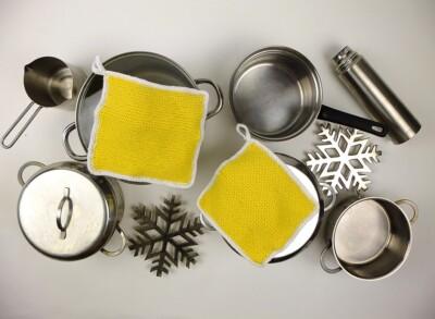 Gele gebreide pannelappen