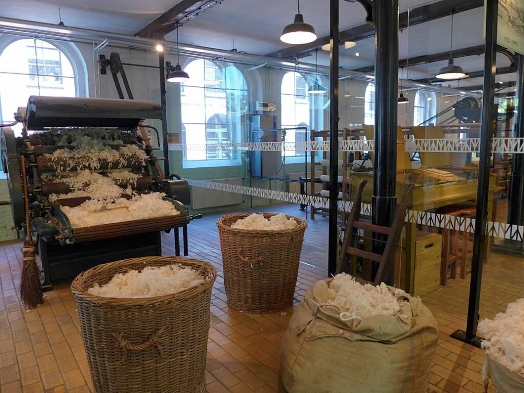 Manden wol voor dekens in Textielmuseum