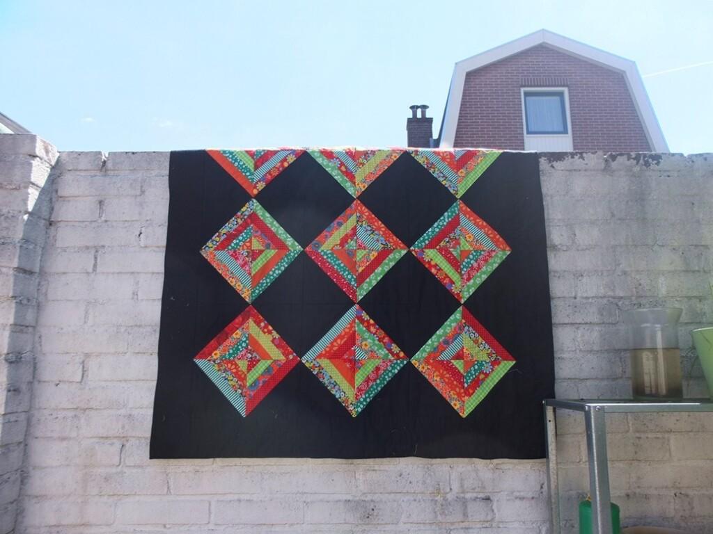 Negen-ruiten-quilts over witte muur