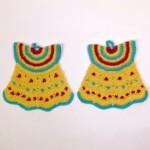 Pannelappen in de vorm van gele jurkjes