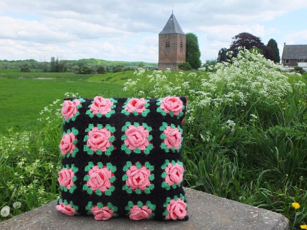 Roze kussen van gehaakte bloemetjes
