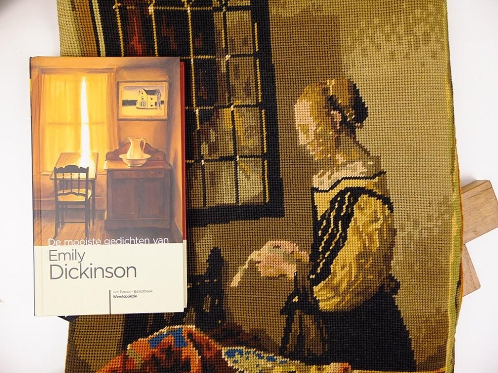 Tapisserietas met gedichtenbundel Emily Dickinson
