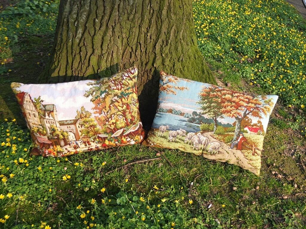 Twee grote tapisseriekussens bij boom