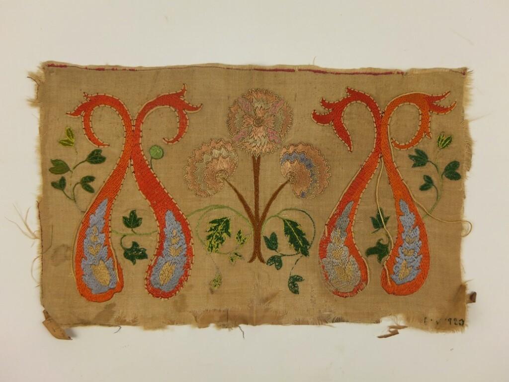 Antiek-borduurwerk-op-zijde-voorkant