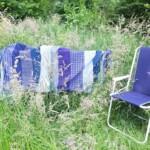 Blauw picknickkleed tussen hoge gras