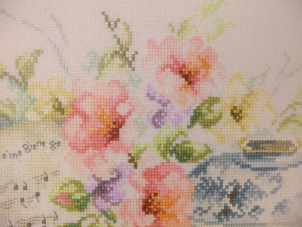 Detail geborduurd schilderij bloemen
