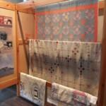 Display met drie quilts van An Tichelaar