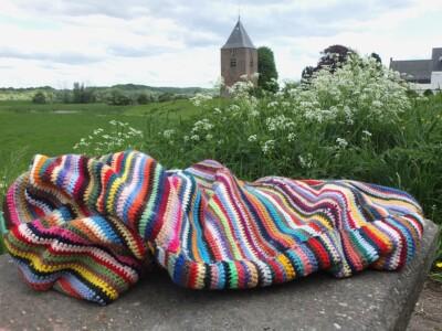 Gehaakte deken tegen achtergrond toren