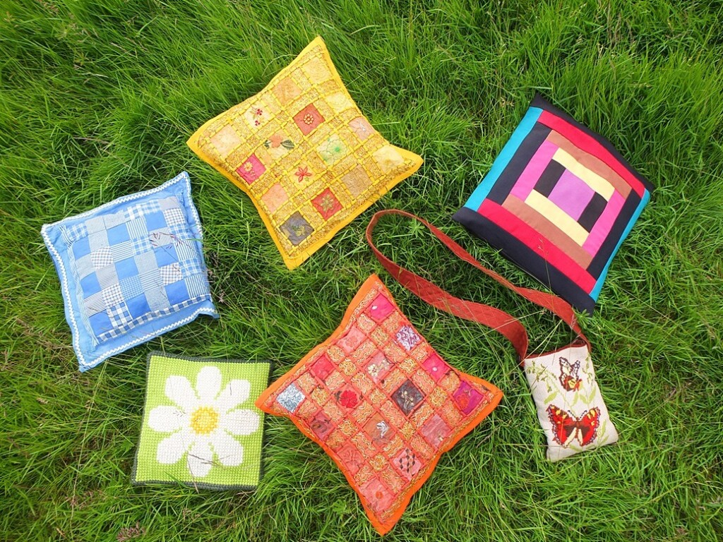 Kleurige kussens in gras