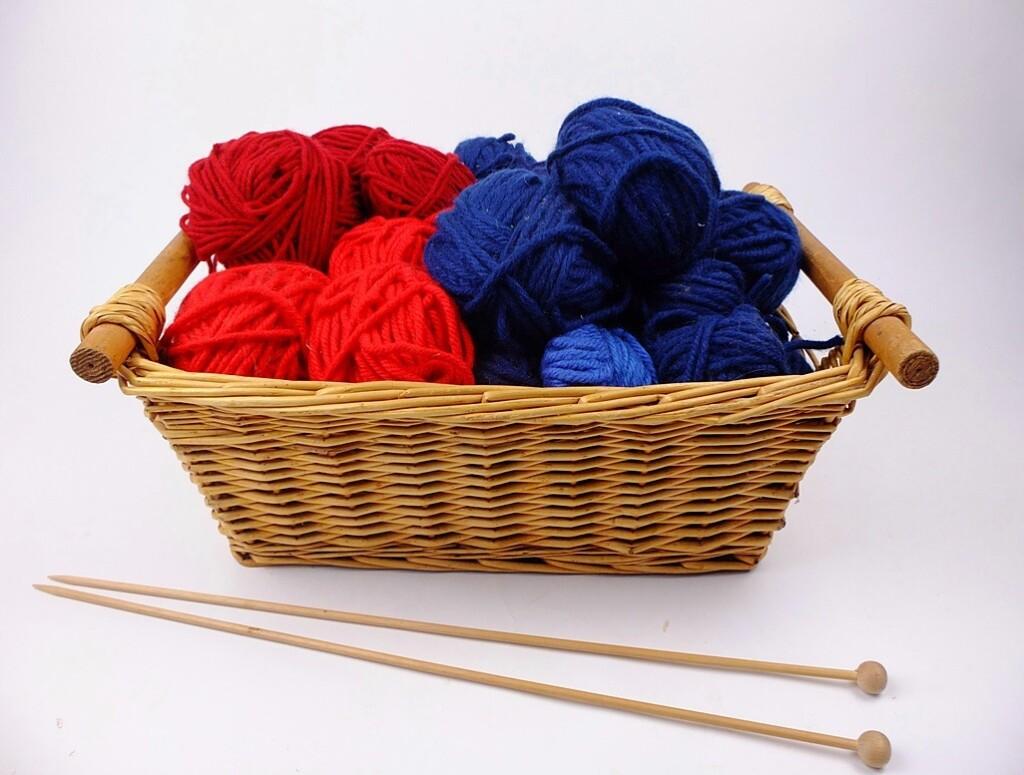 Mand dikke wol rood en blauw