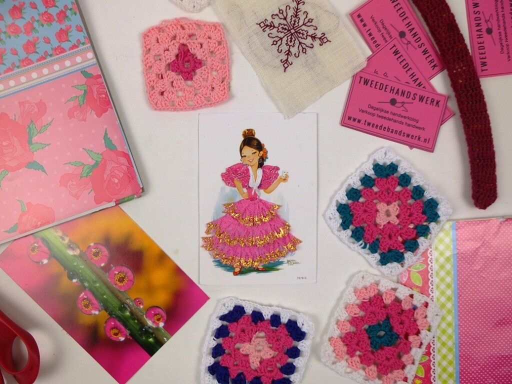 Roze textielkaart tussen roze spullen