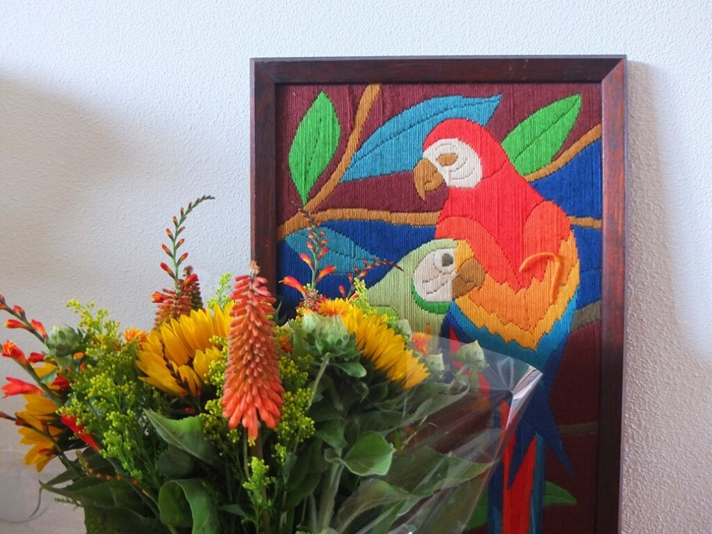 Borduurwerk papagaaien en zomerbloemen