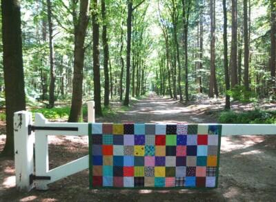 Lappendeken over hek in bos