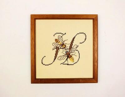 Letter H geborduurd, met bijtjes
