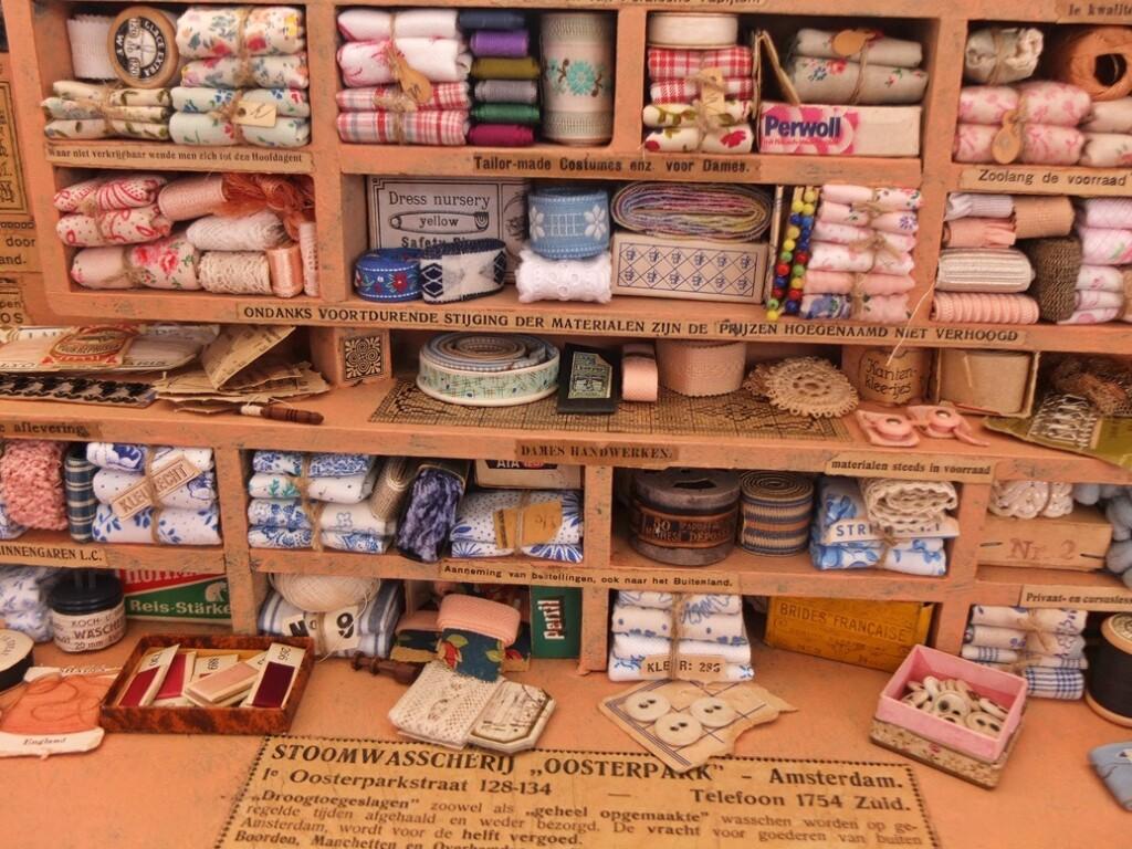 Miniatuur garen en band op antiekmarkt