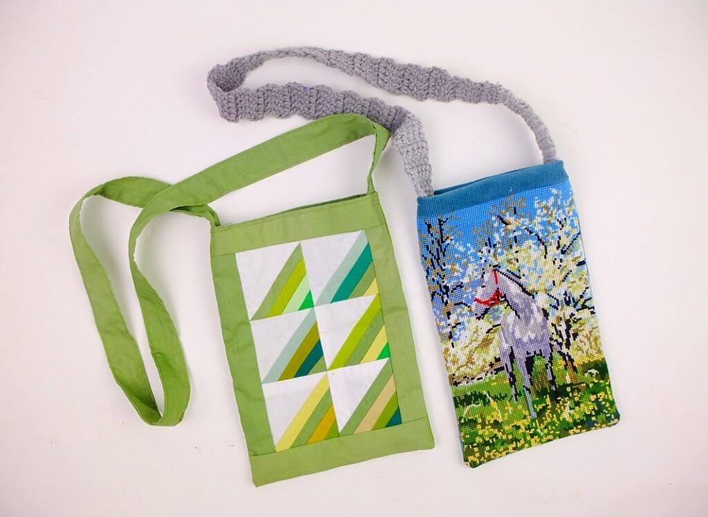 Twee kleine tasjes, groen patchwork en geborduurd paard
