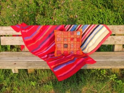 Bankje met gehaakte dekens