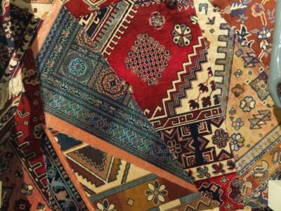 Tapijt patchwork achter kledingdisplay