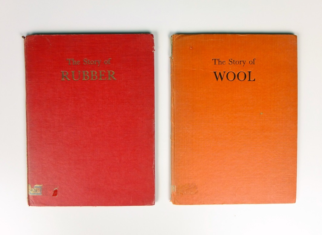 Twee boekjes story of wool and rubber