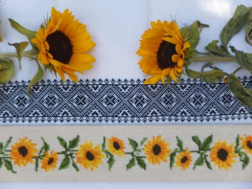 Zonnebloemen geborduurd en rouwrand