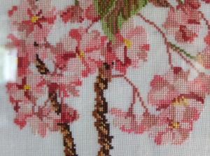 Detail geborduurde prunus