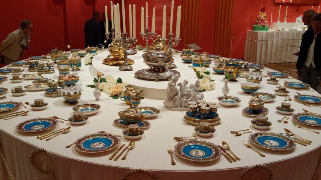 Gedekte tafel met Cameeënservies, Sèvres