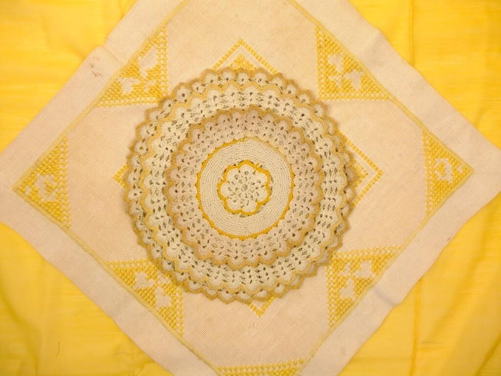 Gele gehaakte kleedjes