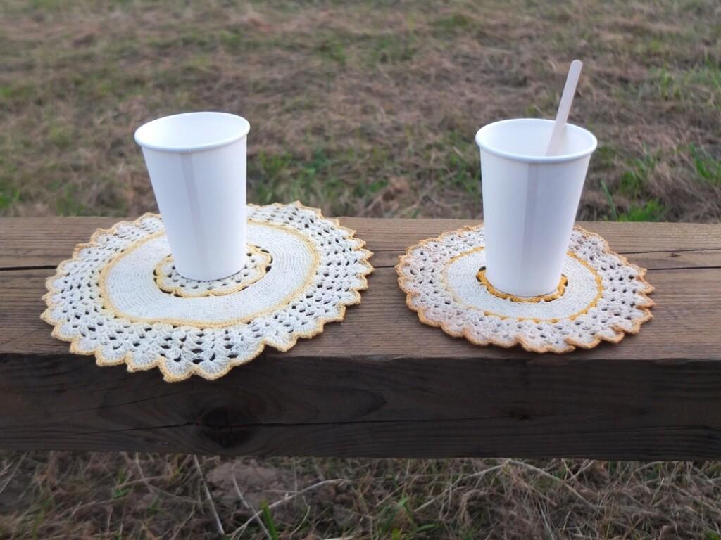 Koffiebekertjes op gehaakte onderzetters