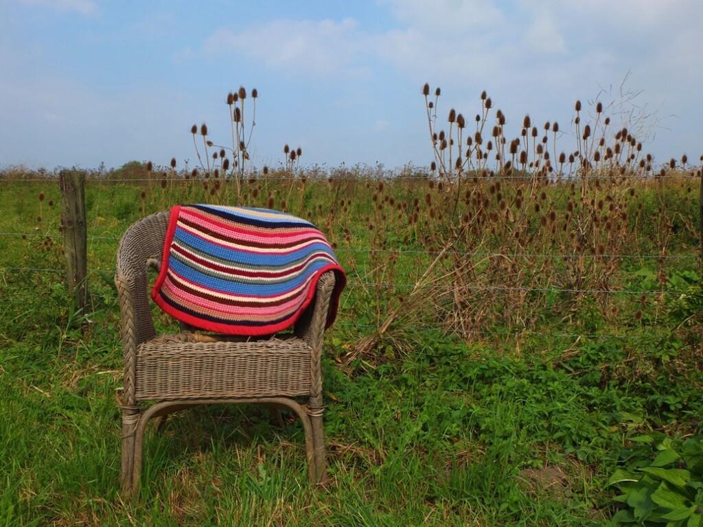 Rieten stoel met gehaakt dekentje
