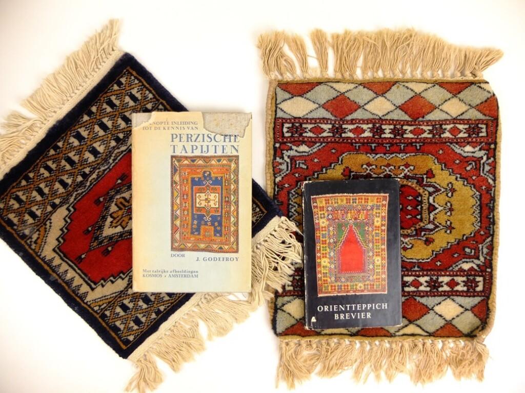 Twee boekjes over Perzische tapijten