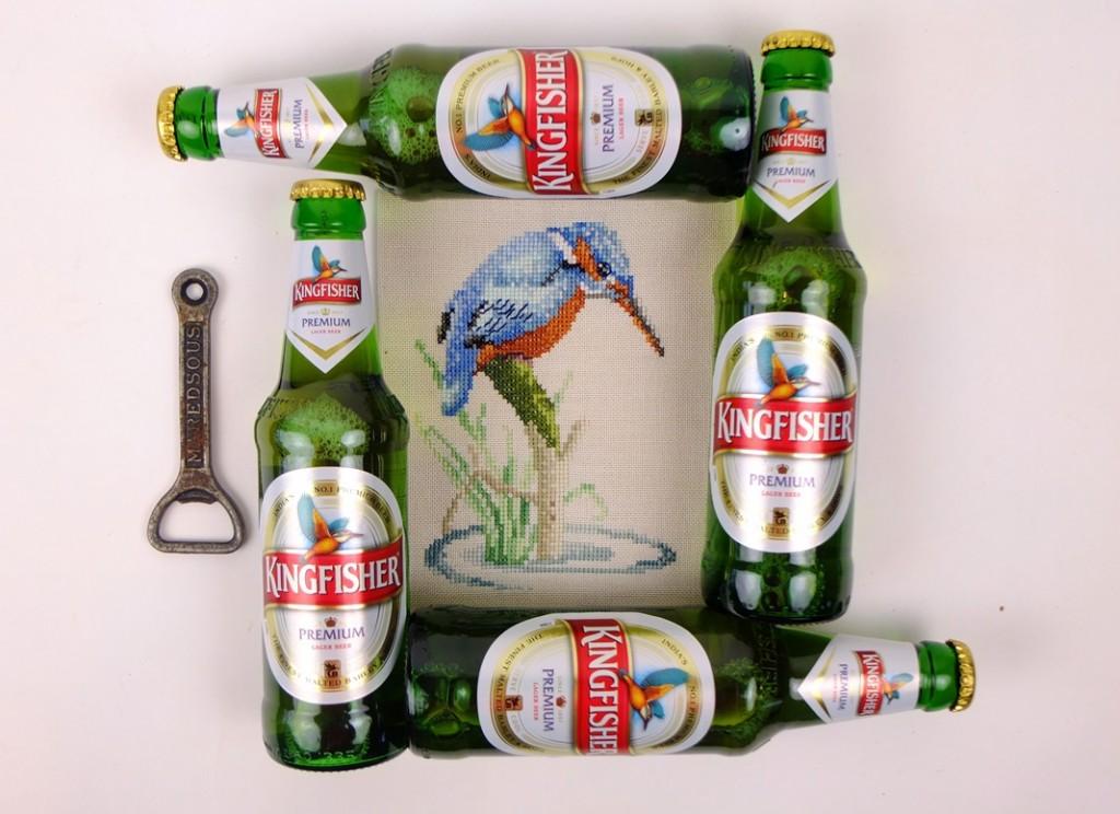 Vier flesjes bier met borduurwerkje kingfisher