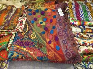 Zijden-shawls-in-museumwinkel