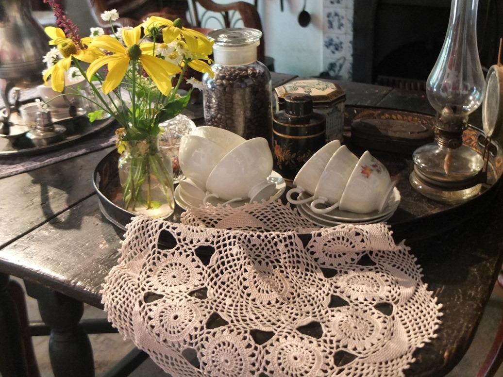 Dienblad met servies en gehaakt kleedje