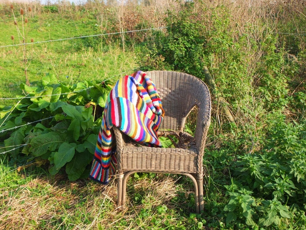 Rieten stoeltje met gehaakte deken