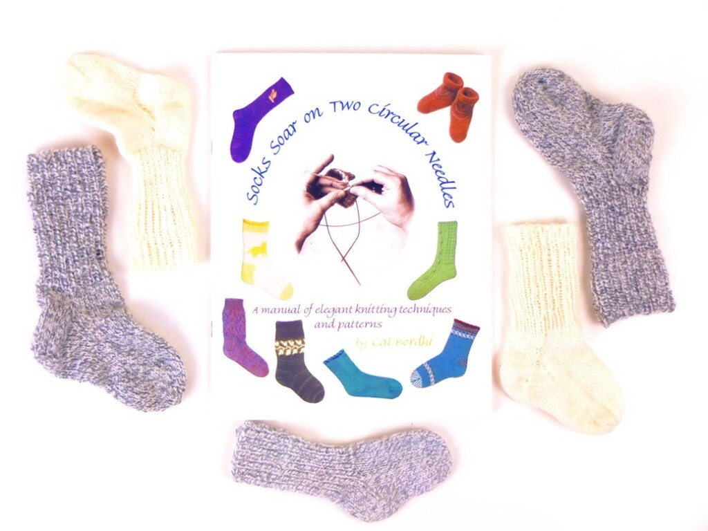Boek Socks Soar on two circular needles
