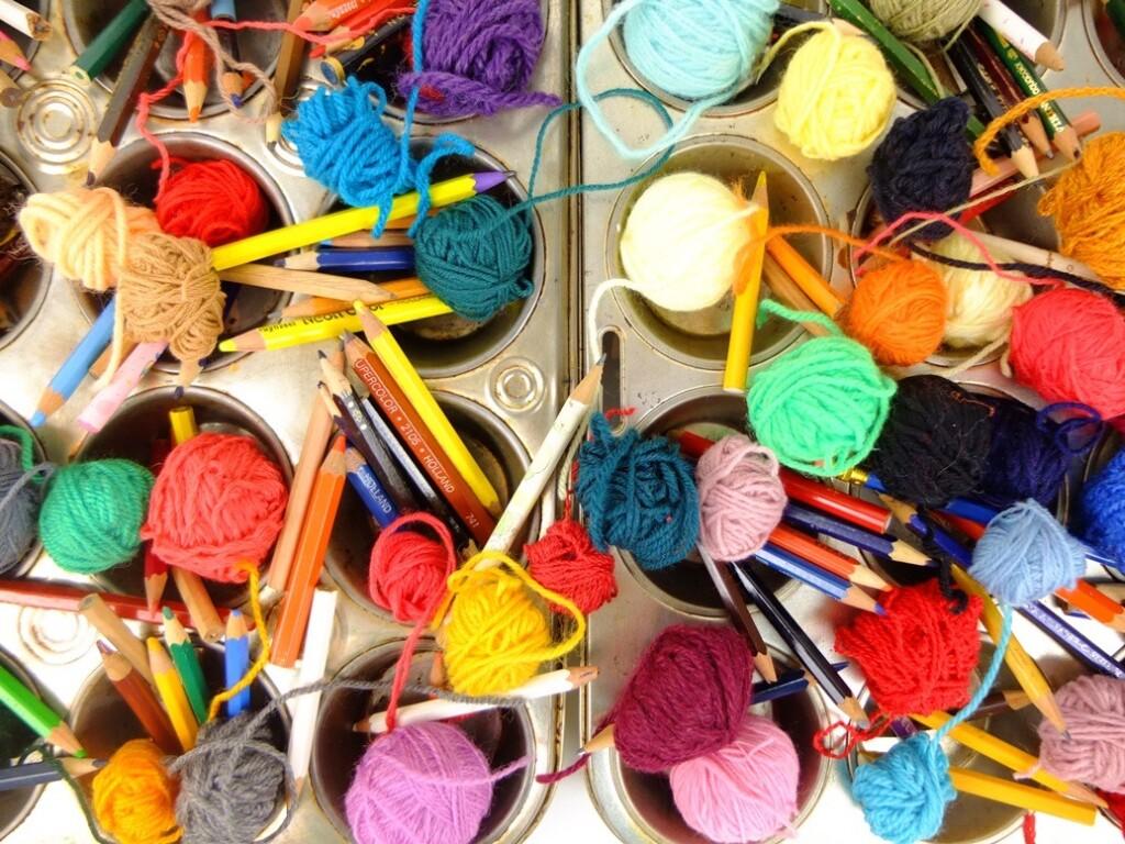 Bolletjes wol en kleurpotloden