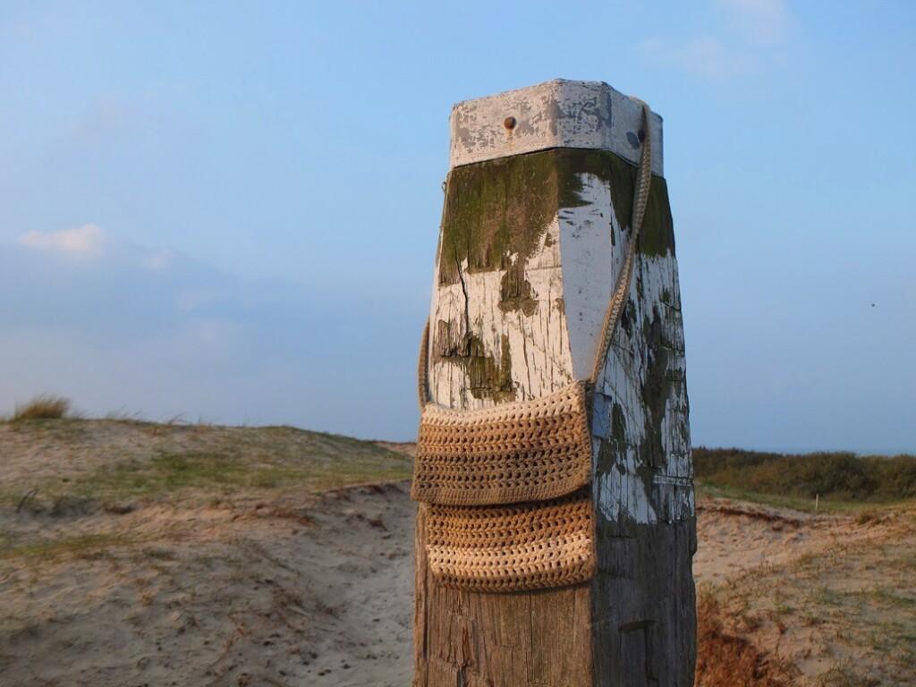 Gehaakt tasje aan strandpaal
