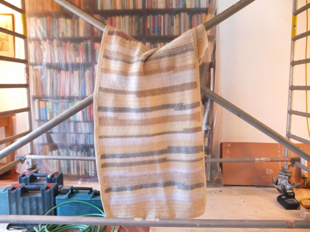 Gehaakte deken aan bouwstijger
