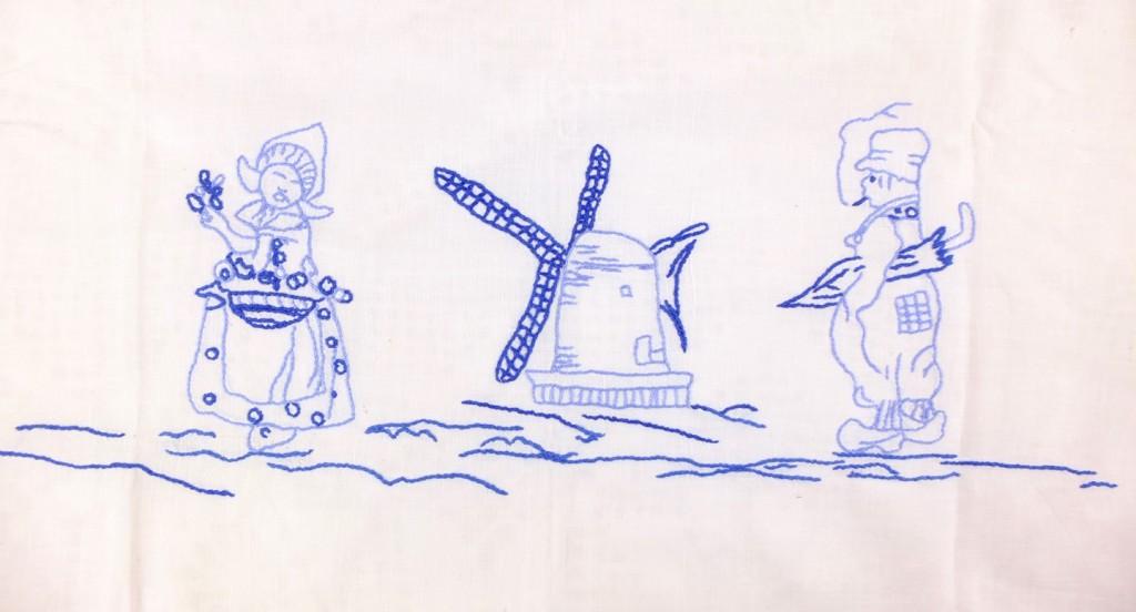 Blauw borduursel op oud laken