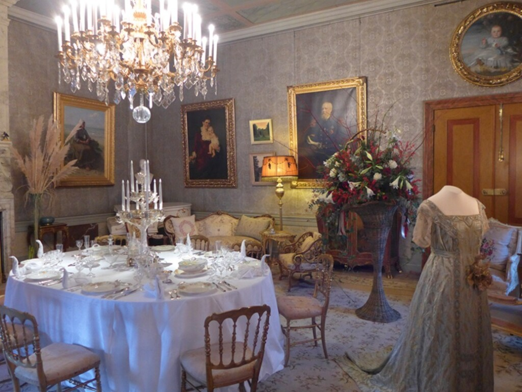 Feestelijk gedekte tafels op paleis het Loo