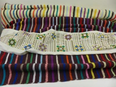 Gebreide deken met strepen en randje per week