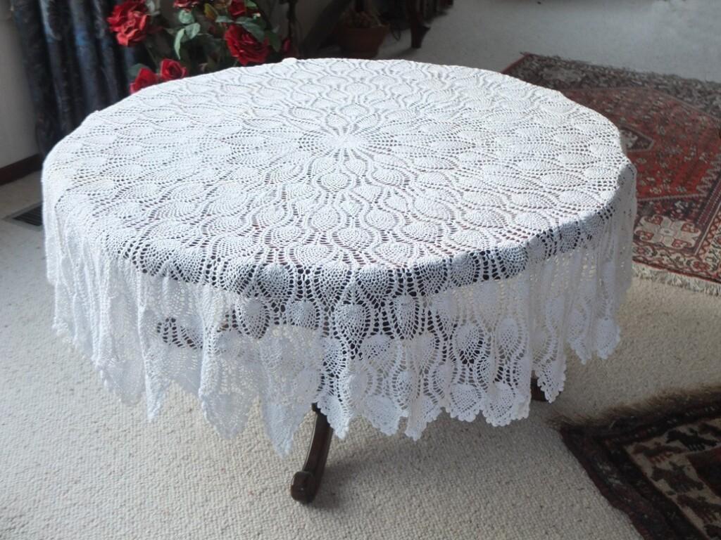 Groot wit gebreid kleed op tafel