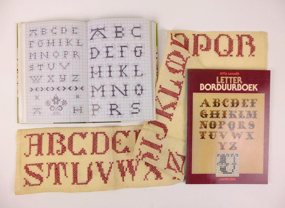 Twee boeken met letters om te borduren