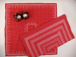 Twee doorgeregen rode tafelkleden