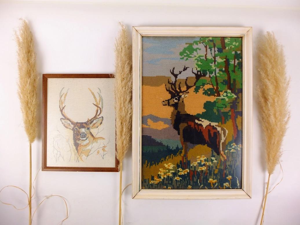 Twee geborduurde schilderijen herten