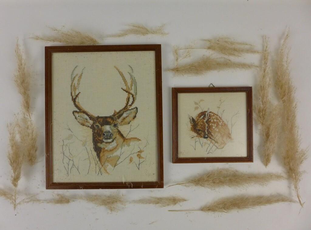 Twee schilderijtjes geborduurde herten