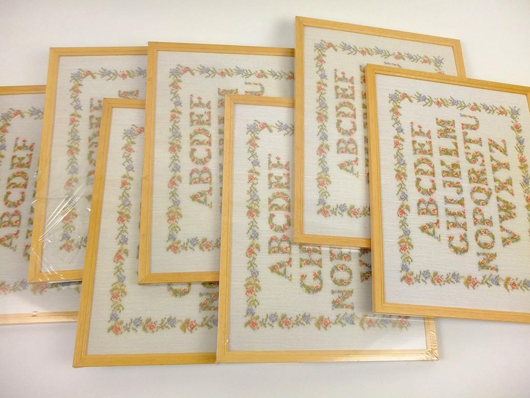 Zeven ingelijste letterlappen (plaatjes)
